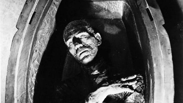 Scheint zu schlafen: eine Mumie in einem offenen Sarg.