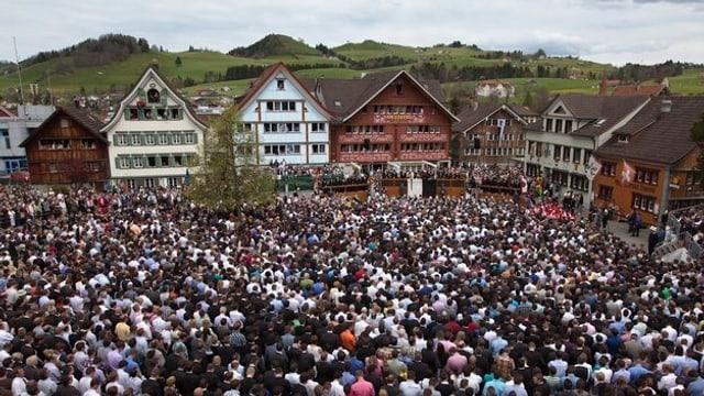 Ein Blick auf die Appenzeller Landsgemeinde von oben mit vollem Platz bei wolkigem Wetter.
