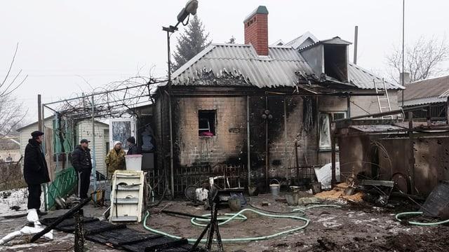 Ina chasa destruida da rachetas a Mariupol.