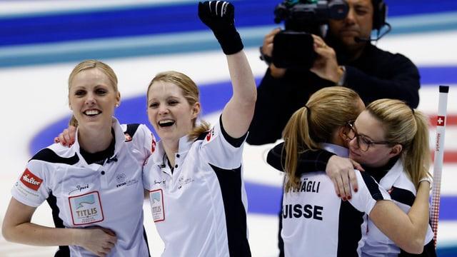 Il team enturn skip Alina Pätz qua als campiunadis mundials dal 2015 a Sapporo.