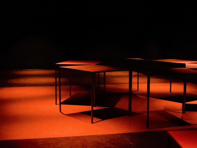 Dunkler Raum mit Möbeln