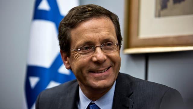 Porträt eines lächelnden Mannes, im Hintergrund die Flagge Israels