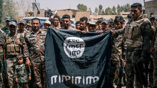 Schuldads tegnan ina bandiera dal Stadi Islamic suenter ina victoria cunter la milissa da terror.