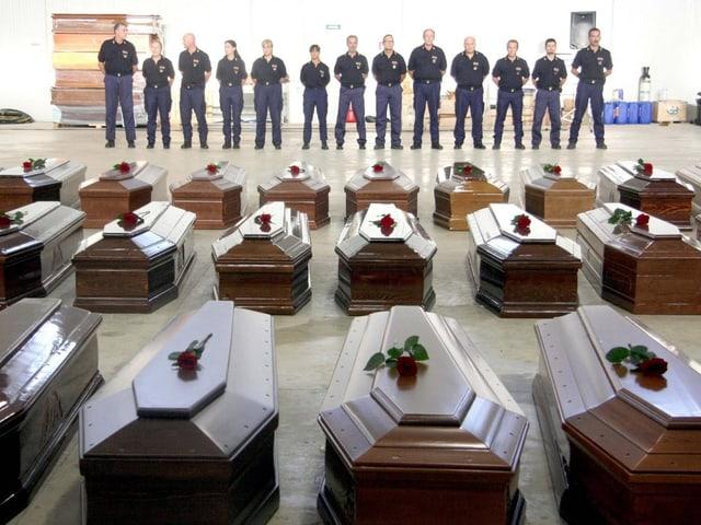 Die Särge der toten Migranten vor Lampedusa.