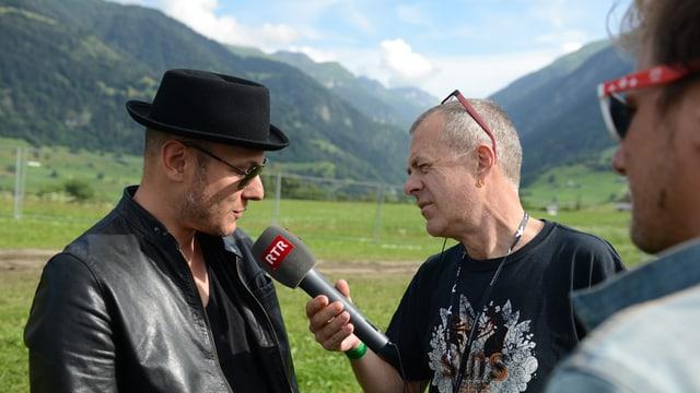 Il sulegl è sa mussà per Joe (san.) e Simri (dre.) durant l'intervista cun Jachen.