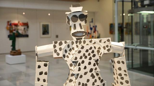 Weisse Skulptur mit schwarzen Punkten von Pedro Gonzalez.