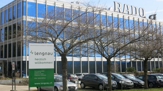 Schild von Lengnau vor einer Fabrik.