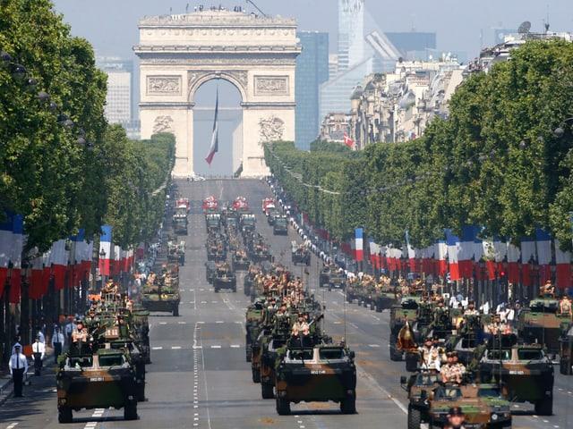 Panzerfahrzeuge fahren zum französischen Nationalfeiertag über die Champs-Élysée
