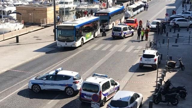 Auto rast in Bushaltestellen