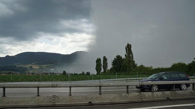 Gewitterzelle nahe der Autobahn zwischen Oensingen und Härkingen.