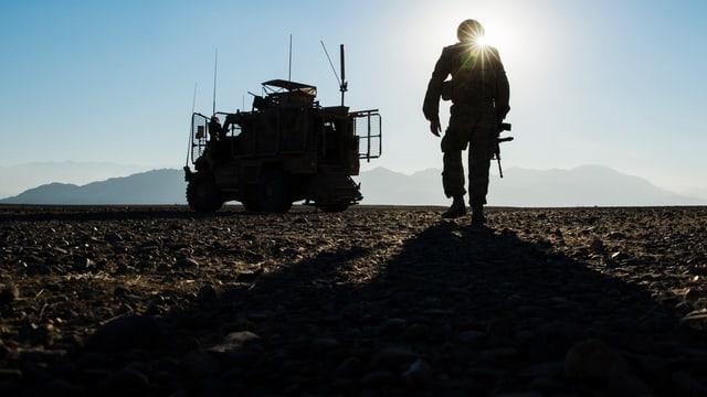 Nato-Soldat im Gegenlicht.