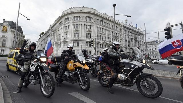 Mehrere Personen auf Motorrädern.