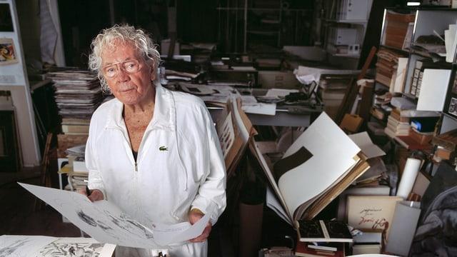 Hans Erni steht in seinem Atelier.