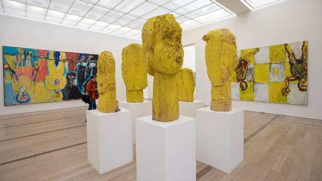 Skulpturen und Bilder in einem Ausstellungsraum.