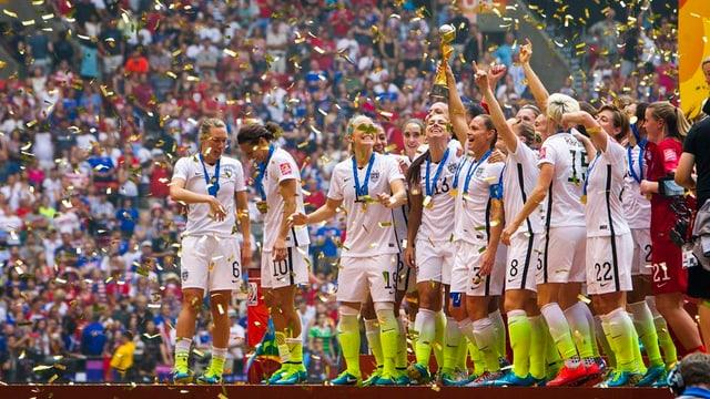 Las giugadras americanas festiveschan lur titel sco campiunessas mundialas.