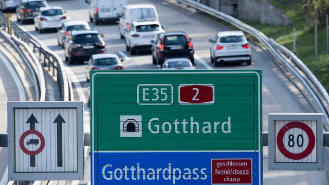 Colonnas sin la ruta dal Gottard, davantvart tabla da via cun il tunnel ed il pass dal Gottard.