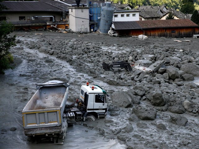 Lastwagen steckt im Dorf Bondo im Geschiebe fest