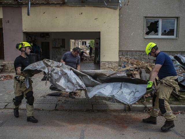 Einsatzkräfte der Feuerwehr räumen Trümmer weg in Moravská Nová Ves.