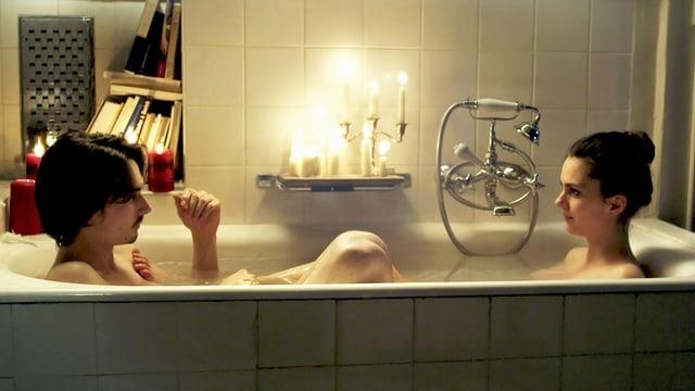 Ein Mann und eine Frau in der Badewanne.