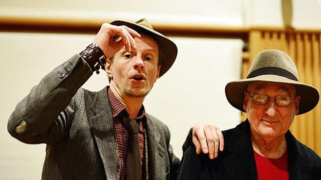 Schauspieler Alexander Scheer und David Zane Mairowitz im Studio. Beide tragen Hut.
