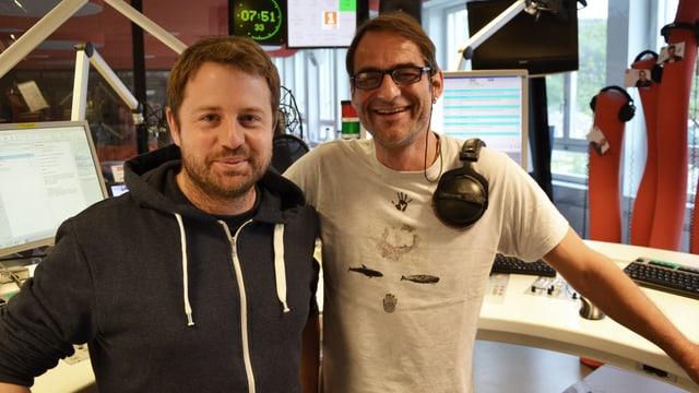 Gabriel Vetter und Thomy Scherrer posieren im Studio von SRF 1.