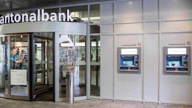 Zwei Bankomaten in Luzern.