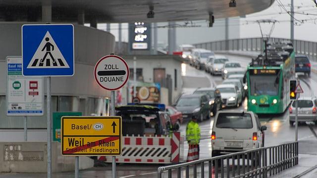 Autos und Tram an der Grenze nach Weil