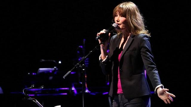 Die französische Sängerin Carla Bruni bei einem Konzert