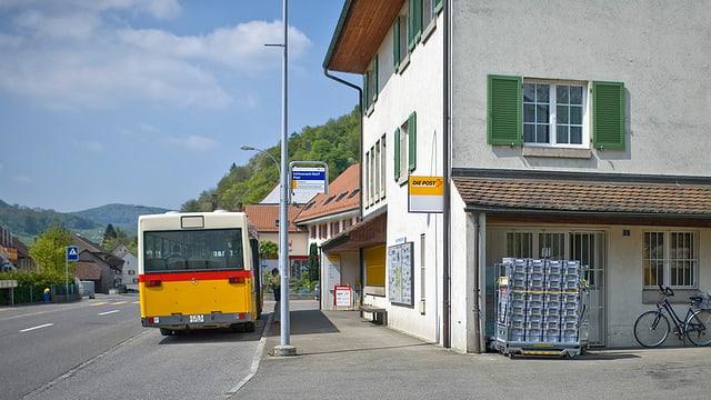 Postauto hält an Haltestelle vor Poststelle in Schinznach