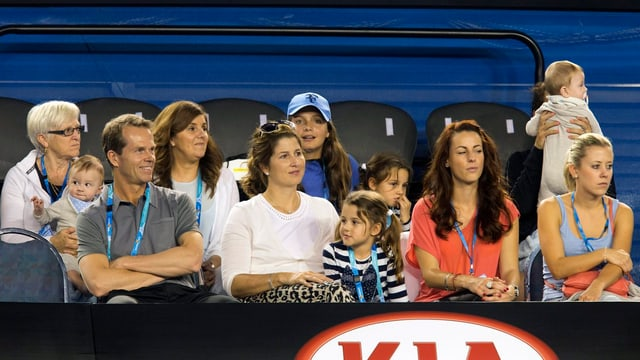 Tribüne mit den Federer Zwillingen.