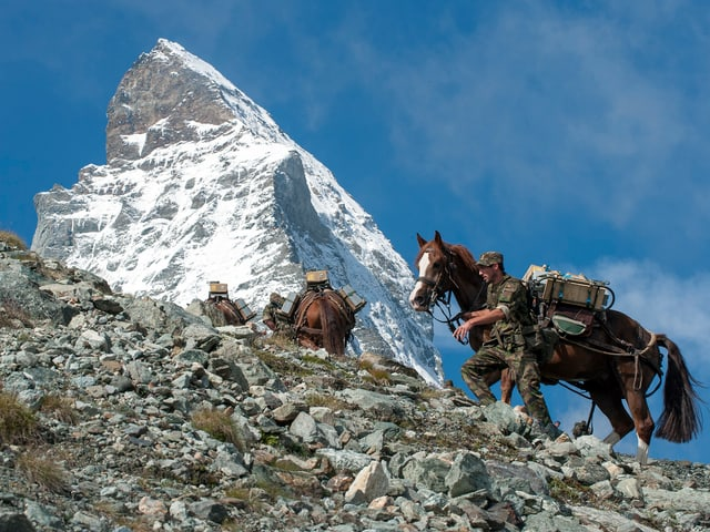 Soldaten mit Pferden auf dem Matterhorn.