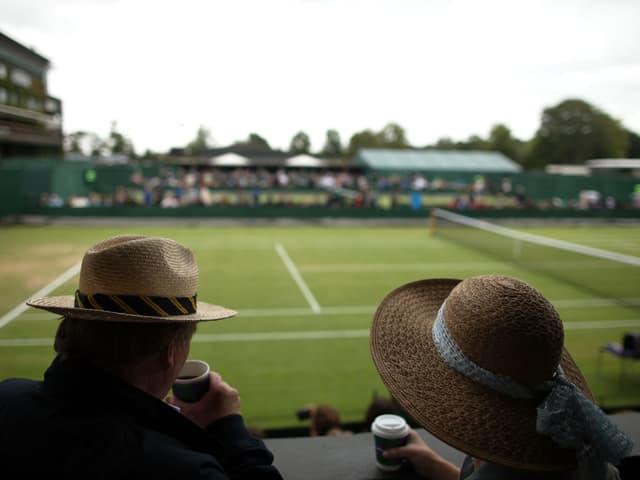 Zwei Leute trinken in Wimbledon Kaffee