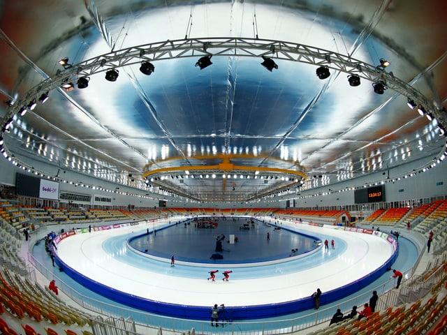 Die Adler Arena überzeugt mit spiegelnden Elementen.