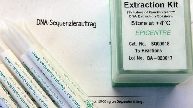 Steril abgepackte Stäbchen für einen Mundhöhlenabstrich und Lösungsmittel für die DNA-Untersuchung bei einem Vaterschaftstest.