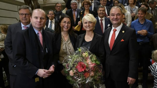 Yves Ravenel posiert mit Isabelle Moret und zwei weiteren Politikern für ein Foto.