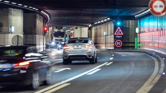Autos fahren in beiden Richtung durch die bestehende Gotthard-Röhre.