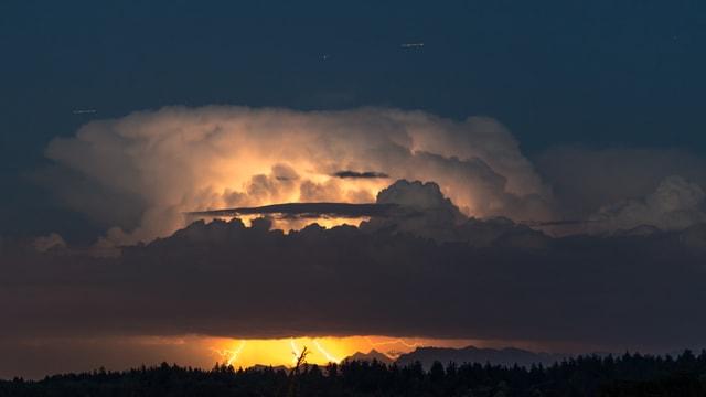 Gewitterzelle mit Blitzen.