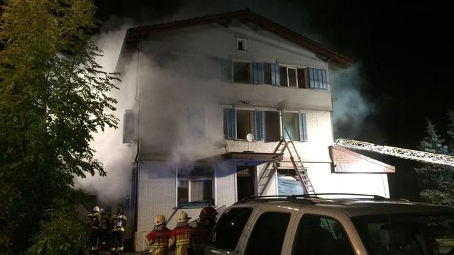 Weisses Haus, Rauch kommt heraus, Feuerwehrleute.