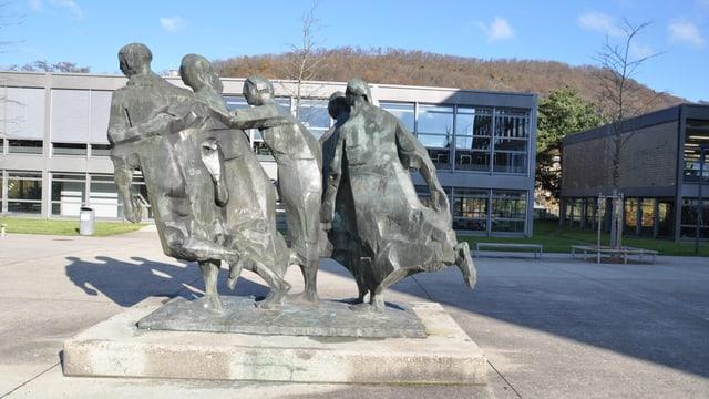 Skulptur Jugendliche vor der Kantonsschule Baden.