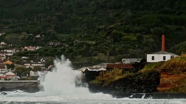 Riesige Wellen branden an den Ufern der Insel Pico auf