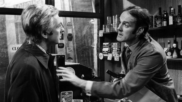 Schwarzweiss-Foto von zwei Männer, die miteinander diskutieren