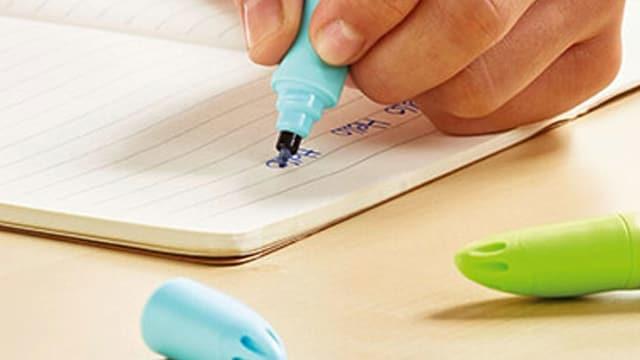 Kinderhand mit Stift