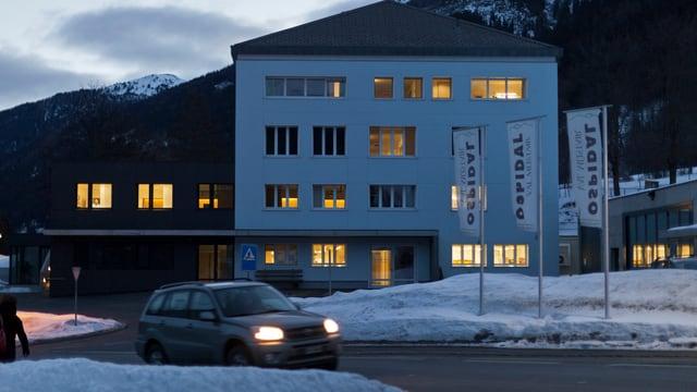 Das kleine Spital an einem klaren Winterabend.
