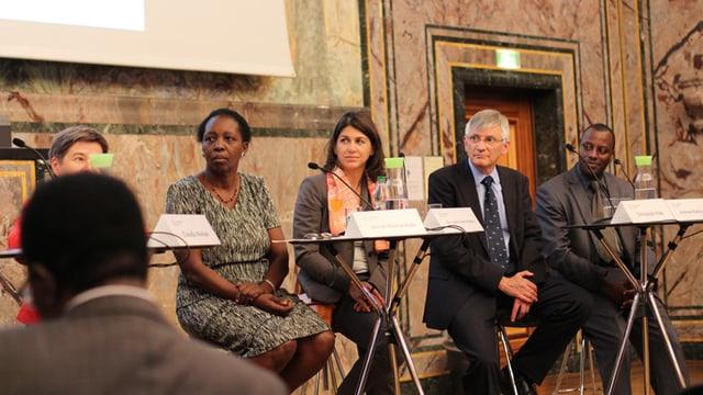 Fünf Teilnehmer an einer Podiumsdiskussion an der Universität Zürich.