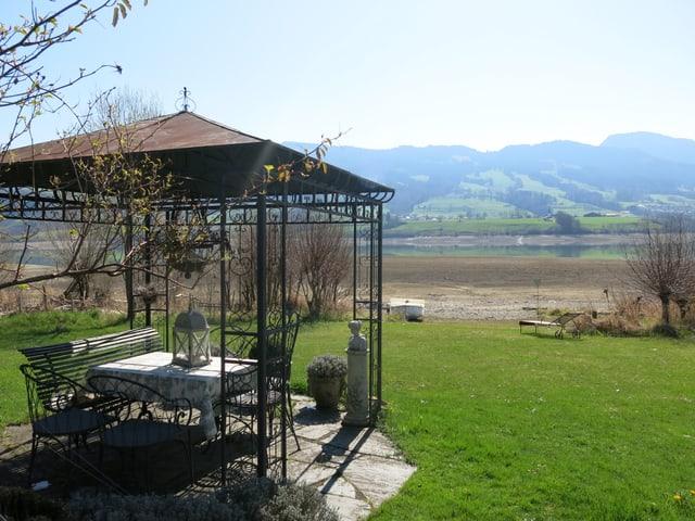 Das Bild zeigt ein Pavillon im Garten.