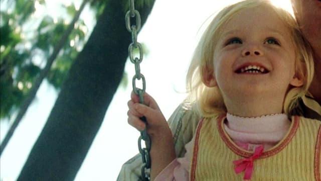 kleines Mädchen auf Schaukel