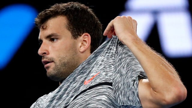 Grigor Dimitrov zupft sich am Leibchen.