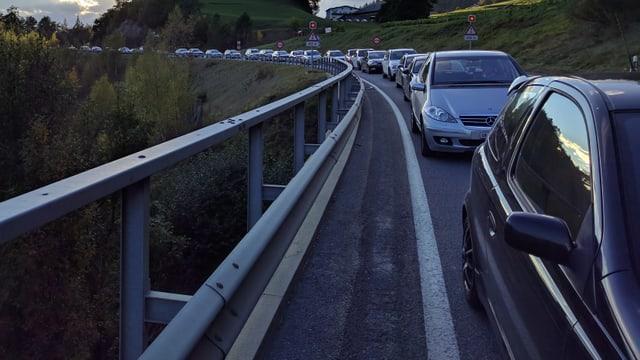 Auto suenter Auto - la colonna tranter Trin e Reichenau.