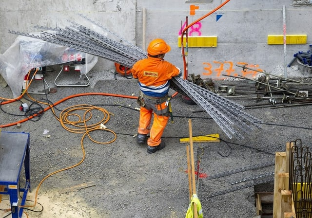 Ein Mann arbeitet auf einer Baustelle.