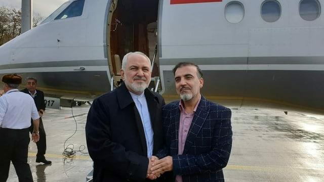 Purtret dals dus umens davant l'eroplan, curt avant che turnar en l'Iran.